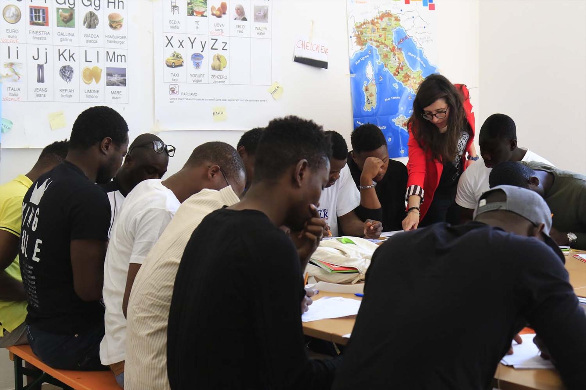 Lavorano Spesso Alle Finestre croce rossa milano - scuola di italiano nei cas